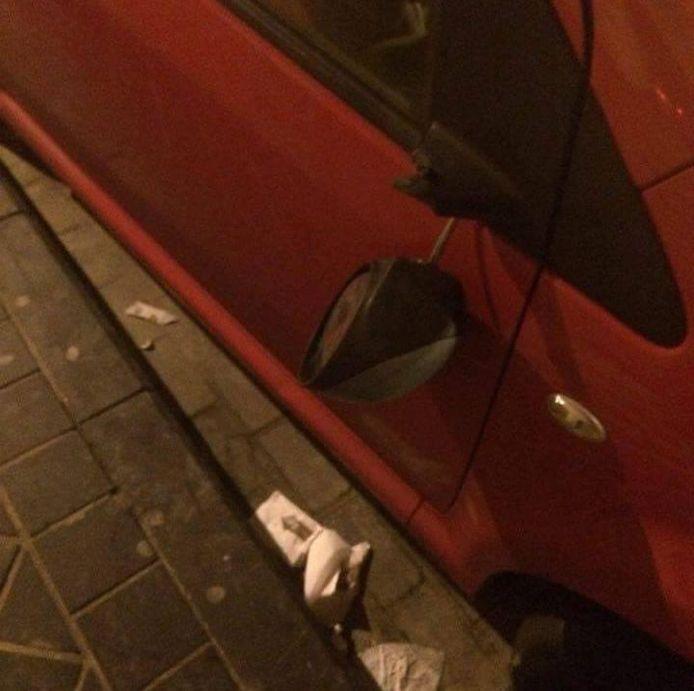 Een spiegel van een geparkeerde auto werd stuk getrapt.