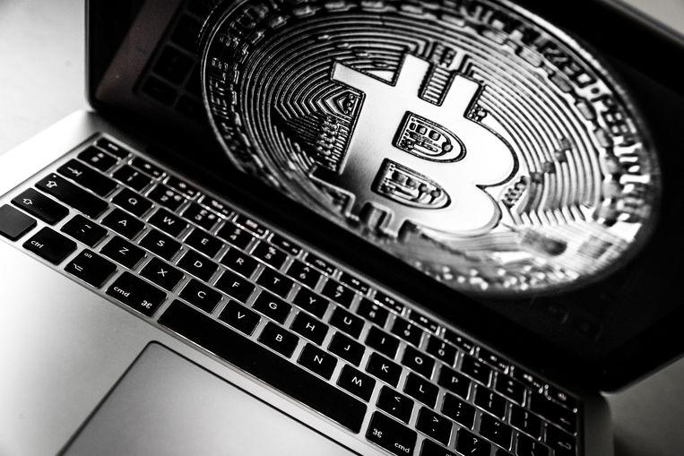 Een laptop met het logo van de digitale cryptovaluta Bitcoin. Beeld ANP