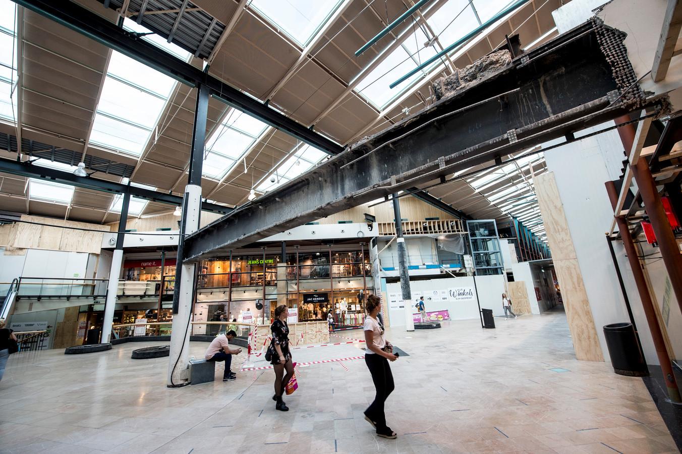 Weining winkelend publiek bij Winkelcentrum Oranjerie.