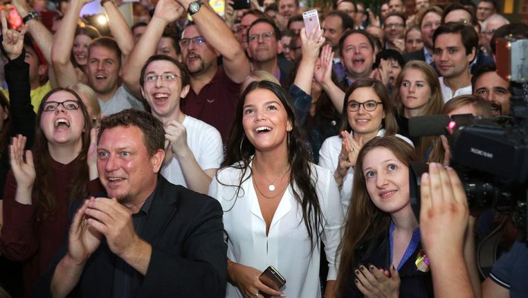 Aanhangers van de liberalen reageren blij op de terugkeer van de FDP in de Berlijnse politiek. Beeld epa