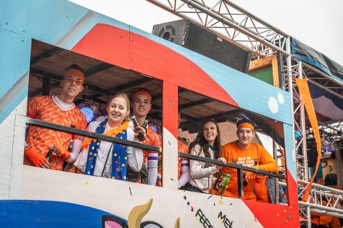 Deelnemers aan de carnavalsoptocht in Brouwhuis