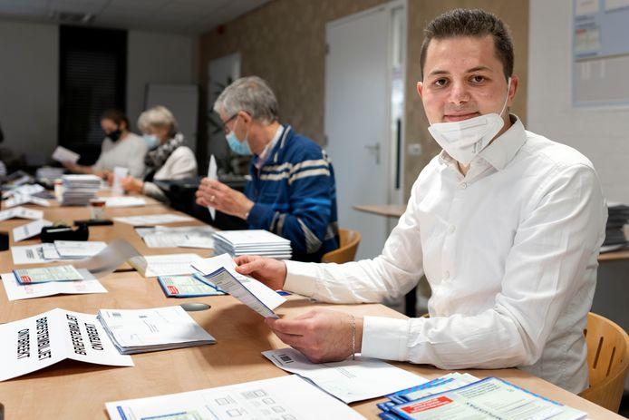 Syrische vluchteling Barra Baires uit Rossum telt stemmen in het gemeentehuis van Kerkdriel.
