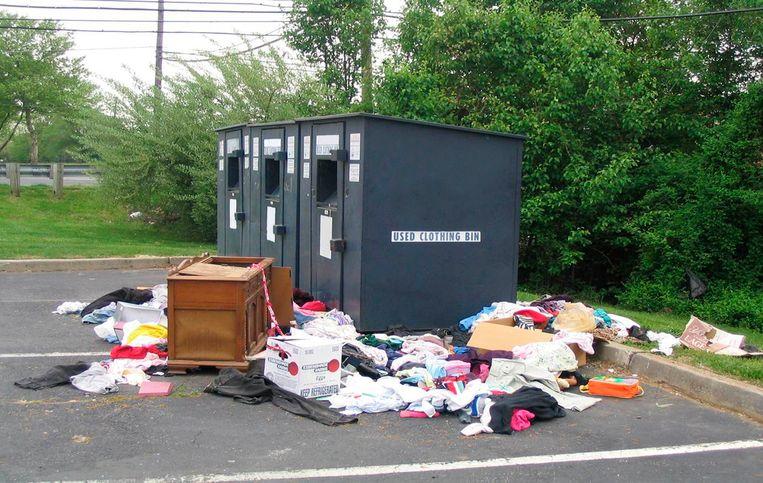 De vrouw kwam vast te zitten en stierf in een kledingdonatiecontainer.