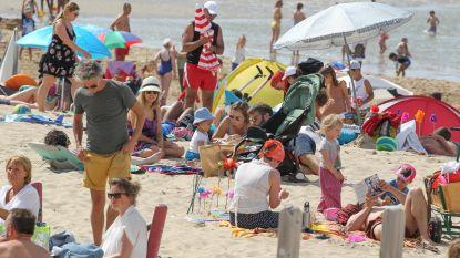 """Politie moet zonnekloppers uit elkaar halen op strand van De Haan: """"Social distancing is niet nageleefd"""""""