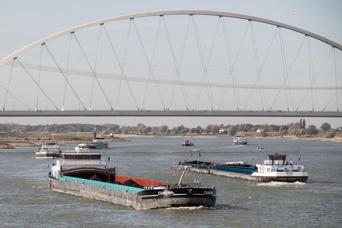 Drukte op de Waal in 2018. Door de lage waterstand zijn er meer schepen nodig om ladingen te kunnen vervoeren, omdat ze niet te veel diepgang mogen hebben.