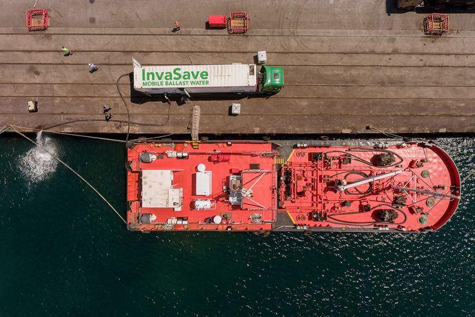 Het reinigingssysteem kwam tijdens een test in Spanje op een vrachtwagen langszij bij een schip. Het vuile ballastwater wordt via het systeem geleid en daarna in de haven geloosd.
