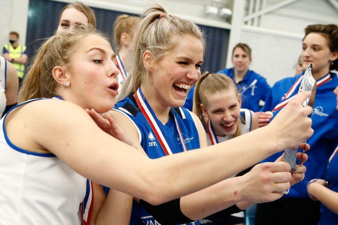 Kirsten Knip (midden) na het behalen van de landstitel met Sliedrechs Sport afgelopen seizoen.