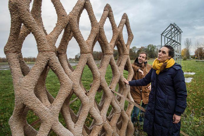 Erik Klarenbeek en Maartje Dros bij hun proefobject, een in 3d geprint rasterwek dat door mos overwoekerd moet worden. Zo kan fijnstof worden afgevangen. Foto Ron Magielse/Pix4Profs