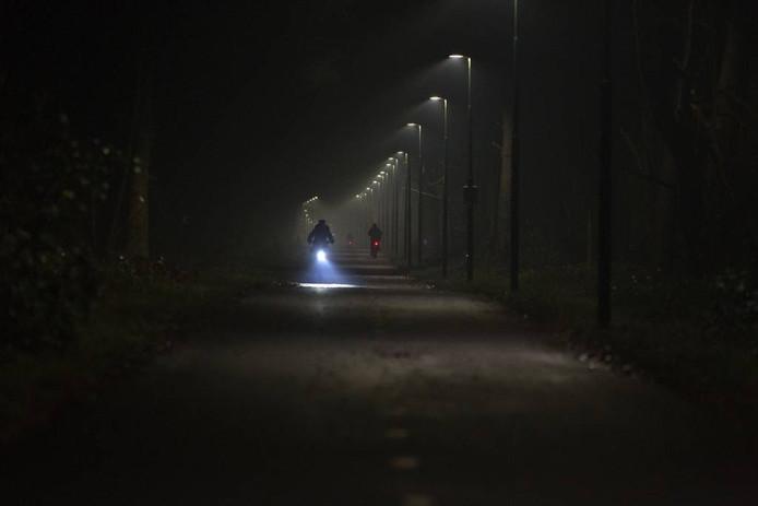 Door een defect bleef de verlichting van het fietspad 24 per dag aan. foto kees martens