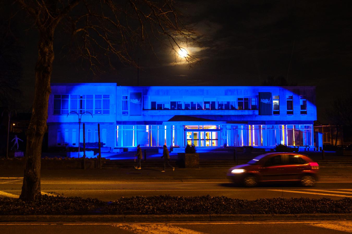 Het Schelse gemeentehuis kleurt opnieuw blauw.