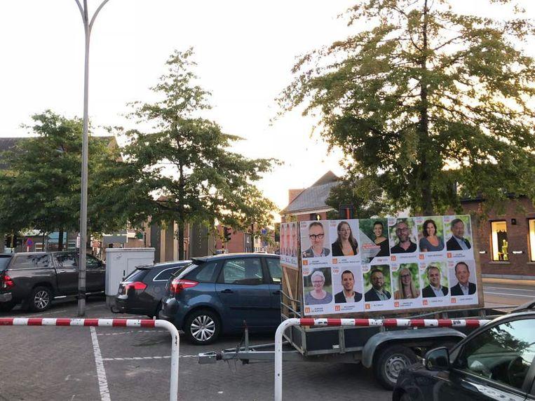 """Eén van de CD&V-aanhangwagens, in het dorp van Nieuwkerken. """"Wij voeren liever campagne op een iets meer milieuvriendelijke manier"""", reageert Christel Geerts."""