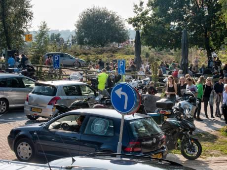 Drukte op Posbank wordt te gek: Rheden doet auto en motor in de ban