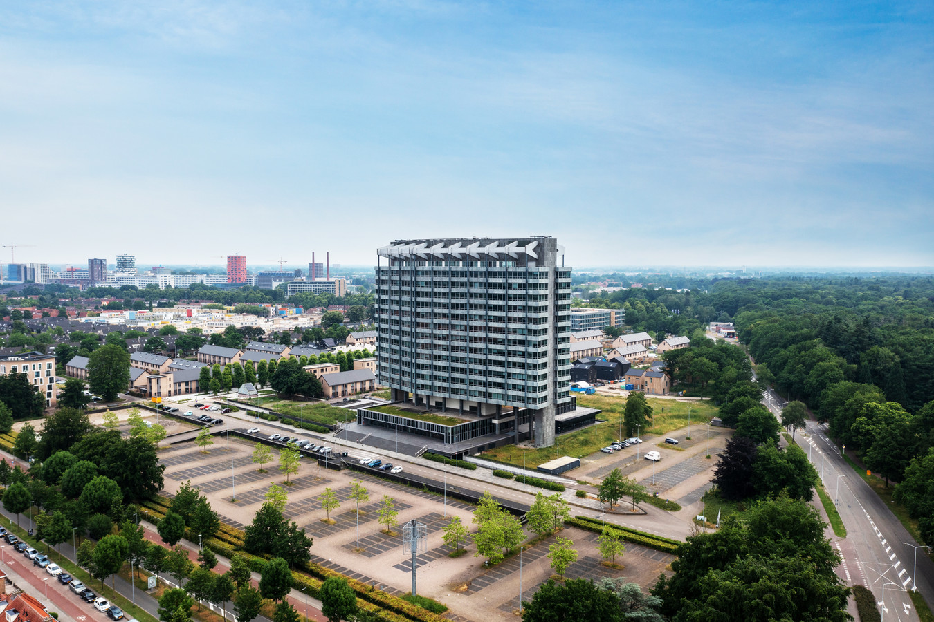 Het voormalige Philipskantoor aan de Boschdijk in Eindhoven. Ten Brinke en Bekke & Partners onderzoeken de mogelijkheden om hier woningen in en bij te bouwen. Achter het pand dat vroeger de Philipsaanduiding  VB had, ligt de nieuwe wijk Vredeoord.
