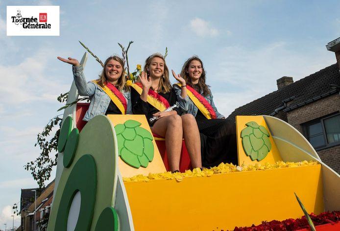 Hopkoningin Laura Sambaer met haar eredames tijdens de Hoppestoet 2017.