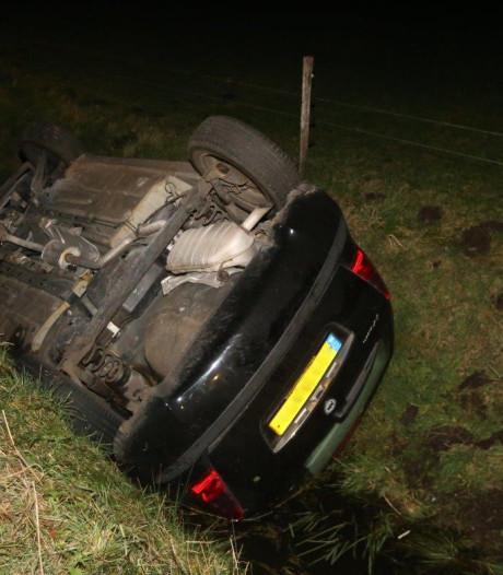 Auto belandt in sloot in Haaren, bestuurder ongedeerd