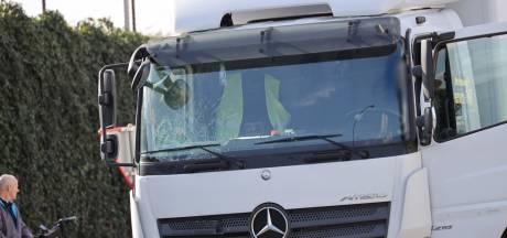 Fietser (74) overlijdt nadat hij op voorruit van vrachtwagen belandt in Waalwijk