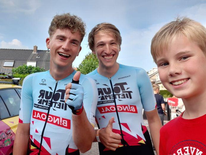 Jeroen Mak (12)  is razend trots dat hij met zijn helden Josse Wester en Bas Tietema op de foto staat