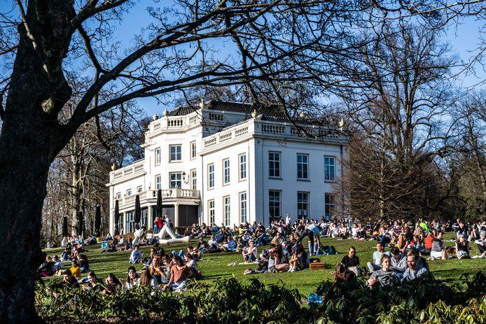 De ligweide bij de Witte Villa in Park Sonsbeek was zondag een absolute hotspot.