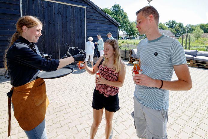 De fietstocht Brabants Duingoed voerde langs allerlei duinboeren in de omgeving waar deelnemers een lokaal product proeven, onder andere hier bij TerraVie. Eigenaresse Hanneke deelt de lekkernijen en sapje uit van zacht fruit uit de eigen tuinderij.