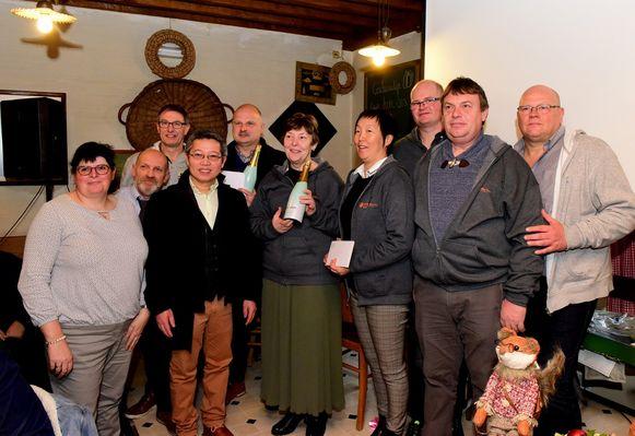 De winnaars van de kerststallenwedstrijd kregen een geschenkje