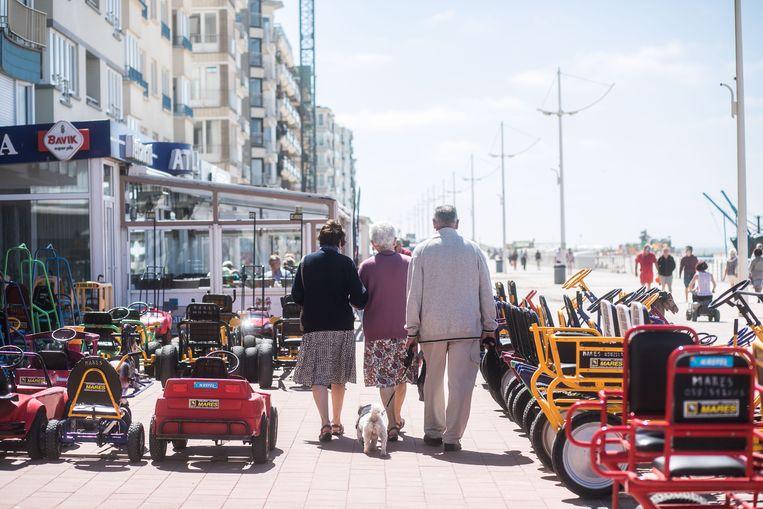Senioren op stap in Koksijde. Beeld BAS BOGAERTS