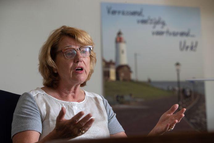 """Burgemeester Ineke Bakker over de nevenfuncties van wethouder Geert Post na drugssmokkelzaak. ,,Dit is slecht voor Urk."""""""