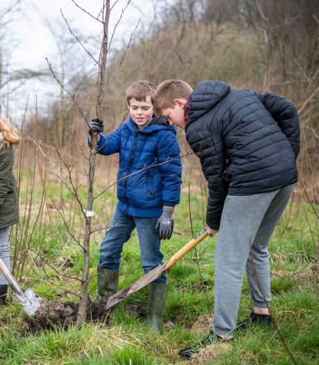 Leerlingen Kroevendonk planten eerste Tiny Forest in Roosendaal aan