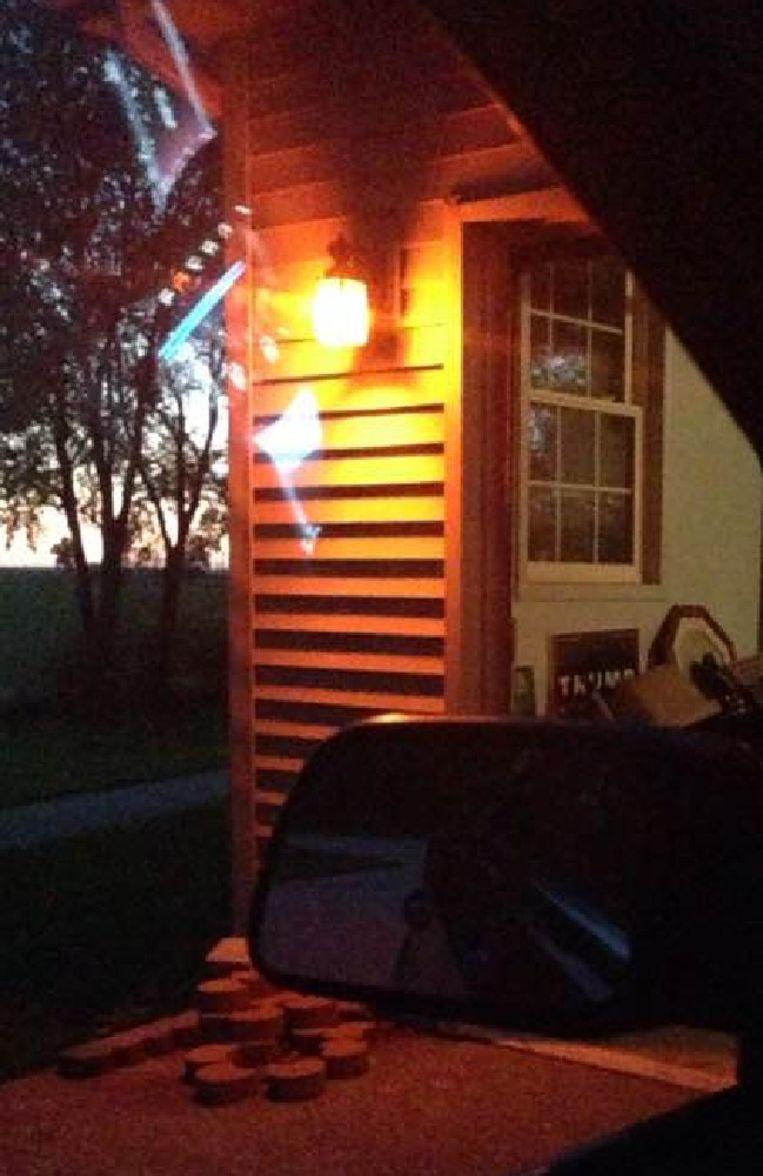 Iedereen hangt oranje lichten aan de voordeur in Delphi.