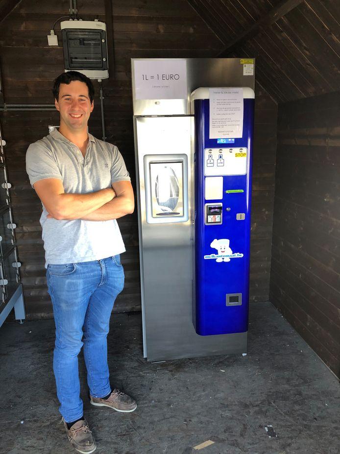 Olivier Welvaert aan zijn melkautomaat.