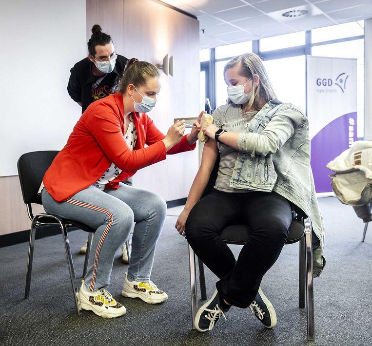 Studenten van ROC Midden Nederland, MBO Utrecht en MBO Amersfoort oefenen met vaccineren. Beeld ANP