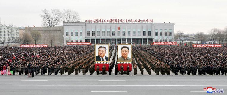 Deze foto, die werd verdeeld door het Noord-Koreaanse persagentschap KCNA, toont volgens KCNA inwoners van het land die zijn samengekomen om de vervollediging van het arsenaal kernwapens van het land te vieren.