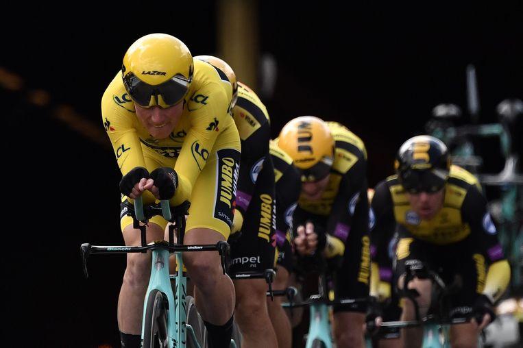 De Nederlandse ploeg Jumbo-Visma met op kop Mike Teunissen in het geel. Beeld AFP
