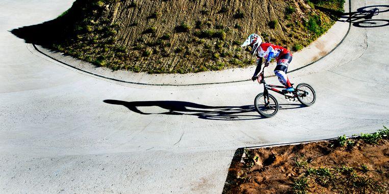 Laura Smulders op de baan huidige BMX-baan van Papendal.  Beeld Klaas Jan van der Weij / de Volkskrant