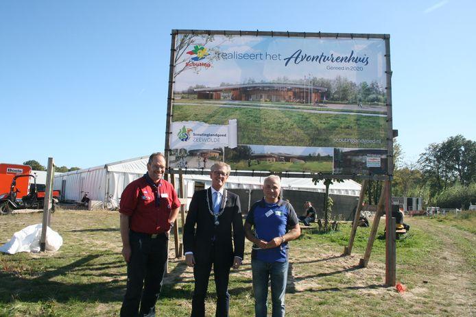 Jaap Boot (links) , burgemeester Gorter en rechts directeur Peter Messerschmidt hebben het bouwbord voor het Avonturenhuis onthuld.