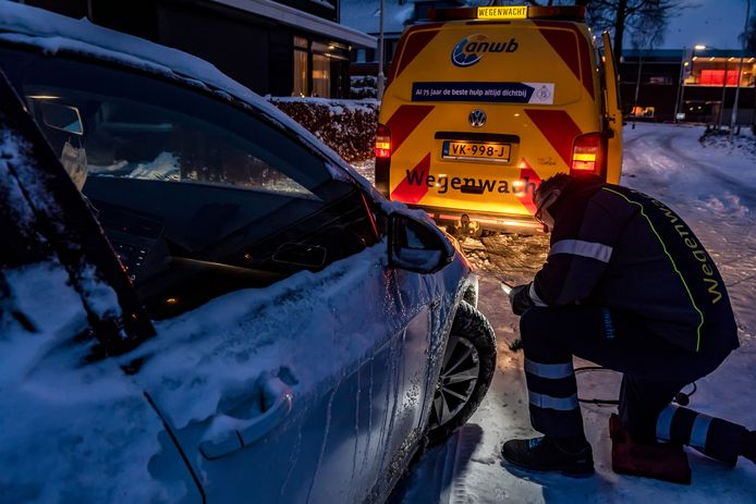 Voor de tweede keer op rij staat Daan Mossel, eigenaar van een Volkswagen Golf, met een lekke band. Zijn geluk? Dit keer thuis voor de deur.