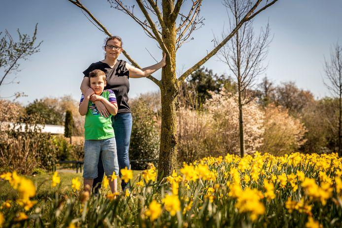 Leonie Baerveldt samen met haar zoontje Tobias. Ze hebben baat bij een Veldhovense stichting.