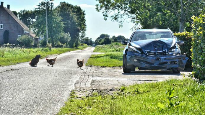 Bij een botsing op de Langeweg in Hoeven raakte deze Mercedes zwaar beschadigd.