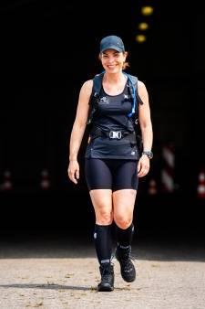 Bijzonder! Marijke loopt 84 kilometer langs alle teststraten in regio: 'Afzien om alle collega's te eren'