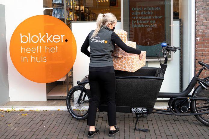 Een medewerker van Blokker vertrekt met een pakketje richting een klant. De winkelketen zette eerder dit jaar de bezorgdienst Blokker Express op, om onder meer PostNL te ontlasten. Het bedrijf wil de eigen bezorgdienst verder uitbreiden.