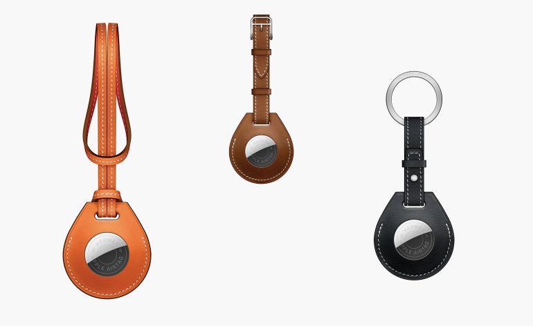 Van links naar rechts: handtashanger, bagagehanger, sleutelhanger (Orange Swift bag charm, Fauve Barenia luggage tag, and Bleu Indigo Swift key ring)