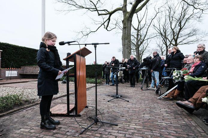 Suus Dorst spreekt als een van de kinderen van basisschool De Meeander in Heelweg over vrijheid bij het oorlogsmonument van Rademakersbroek. Foto: Jan van den Brink