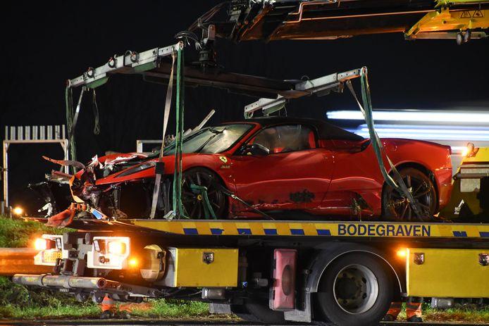 De dure sportwagen schoot door onbekende oorzaak van de weg en kwam tot stilstand in de middenberm.
