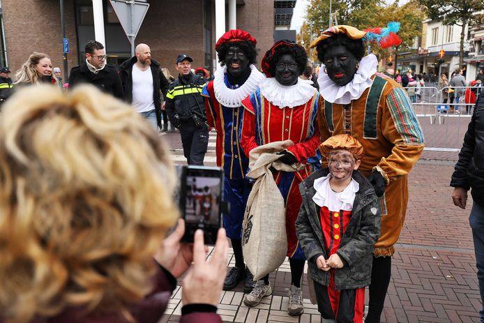 Enkele voorstanders van de traditionele Zwarte Piet (met rode lippen en zwart uiterlijk)  mengden zich in Apeldoorn onder het publiek en zijn even later door de politie opgepakt.
