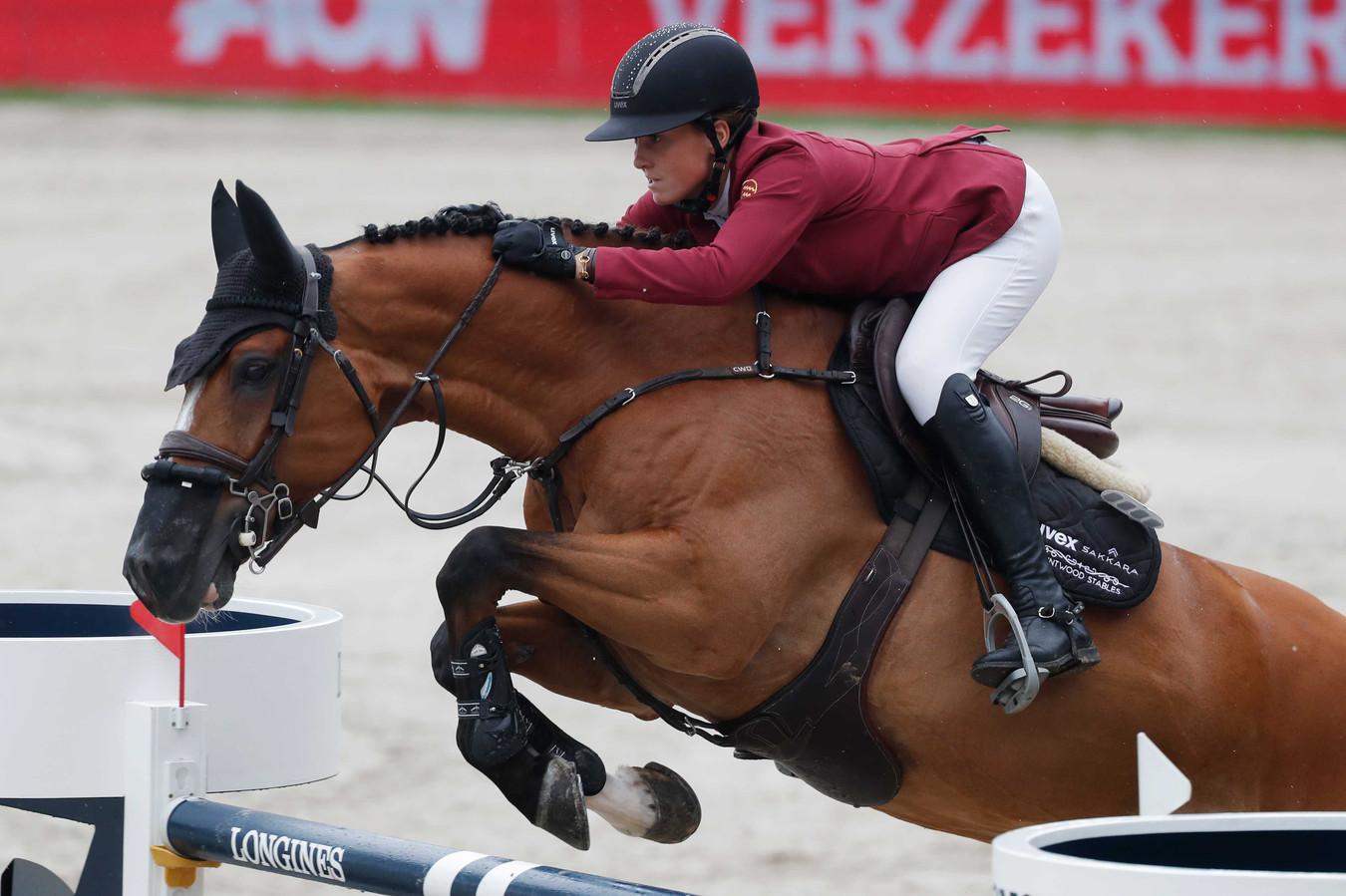 Kim Emmen met haar paard Jack van het Dennehof op weg naar brons tijdens de Grand Prix springen op CHIO Rotterdam.