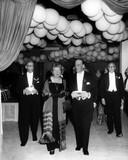 De aankomst op het met ballonnen versierde Boekenbal, de opening van de  dertigste Boekenweek, in de Amsterdamse  RAI van koningin Juliana, burgemeester  G. van Hall (links) en P. Brand jr. (voorzitter van het CPNB) op 13 mei 1965.
