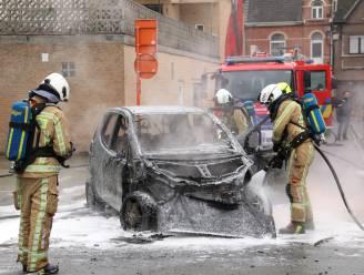 Auto vat vuur tijdens parkeermanoeuvre, bestuurder kan net op tijd uitstappen