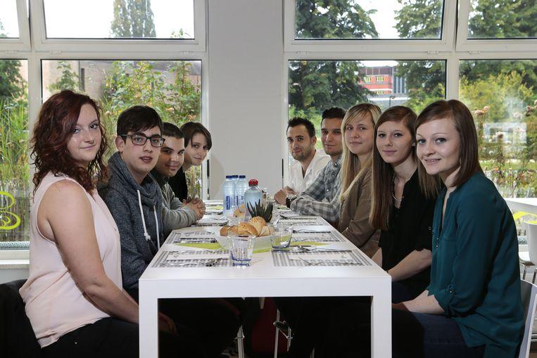De proevers van links naar rechts: Kelly Roox (19) uit Hasselt, Brecht Bosmans (22) uit Hasselt, Bouzouf Mohamed (19) uit Sint-Truiden, Katia Smets (31) uit Hasselt, Nico Peeters (23) uit Genk, Kristof Remels (23) uit Hasselt, Sarah Willems (19) uit Overpelt, Saartje Neven (19) uit Bilzen en Anouk Hamal (18) uit Bilzen.
