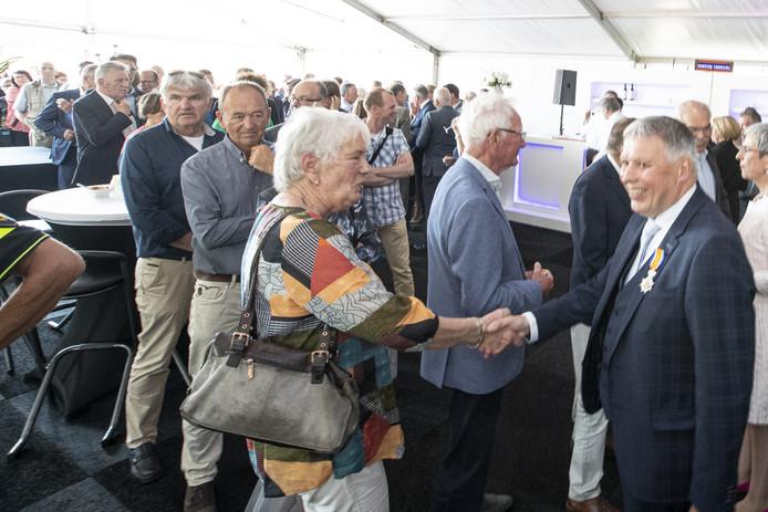 Burgemeester Henk Robben wil bij zijn afscheid geen lange rij wachtenden, maar die ontstond al snel en hield geruime tijd aan.