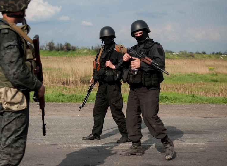 Soldaten van het Oekraïense leger bewaken een militaire checkpoint buiten Slavjansk. Beeld AP