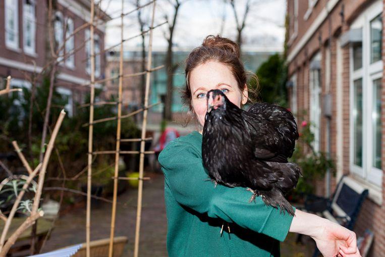 Kippenhouder Josje de Bruin met haar kip Jet. Beeld Renate Beense